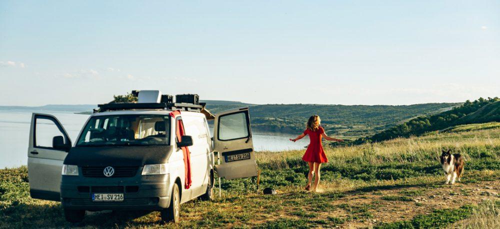 Camper Van mit Frau