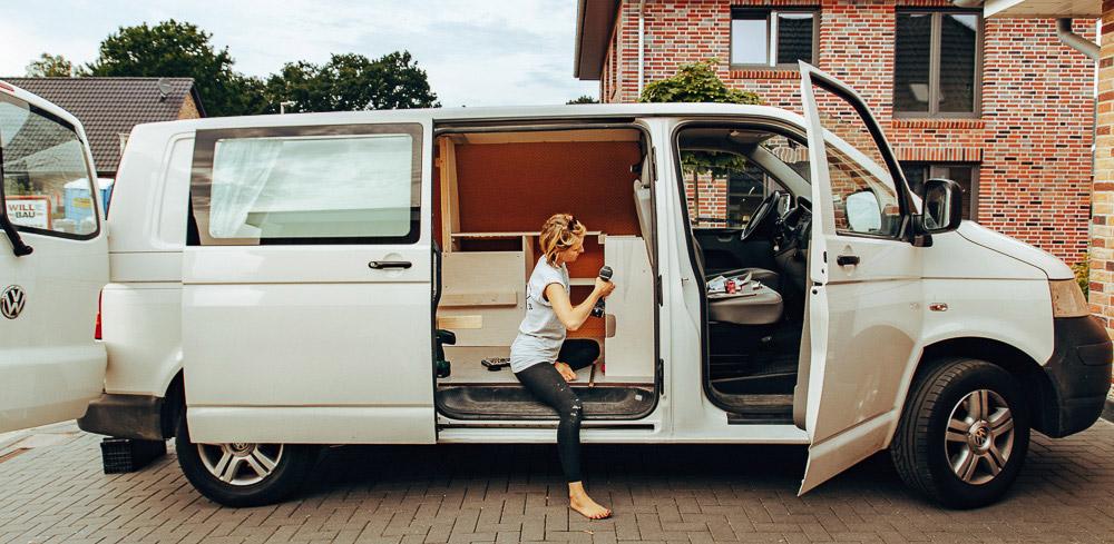 Busausbau von allein reisender Frau