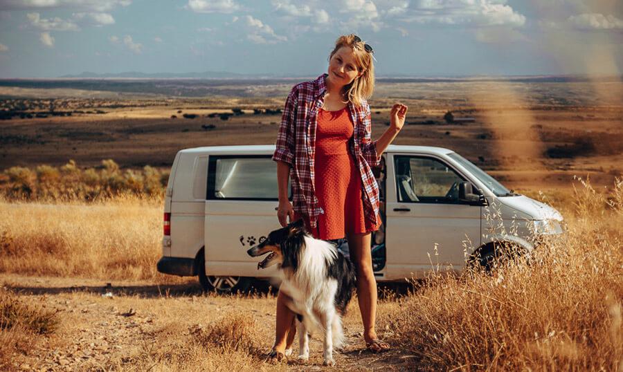 hund und frau im camper