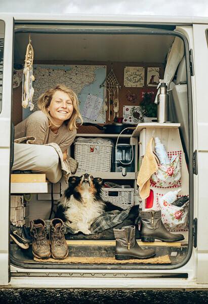 Frau und Hund im selbst ausgebauten Bulli