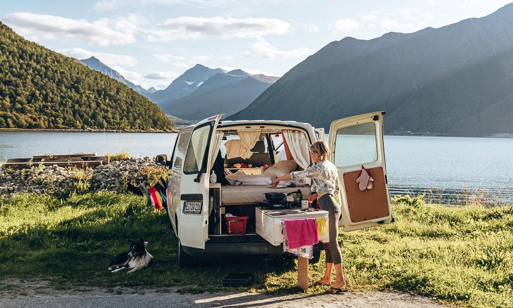 Alleine Reisen, Frau mit selbst ausgebautem Camper in Norwegen
