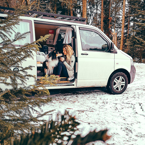 camper im winterwald